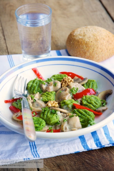 Spinach gnocchi with mushrooms and bell pepper