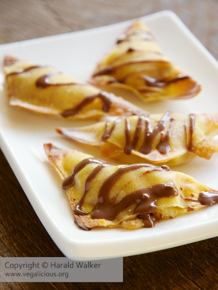 Baked banana wontons with a hazelnut chocolate sauce