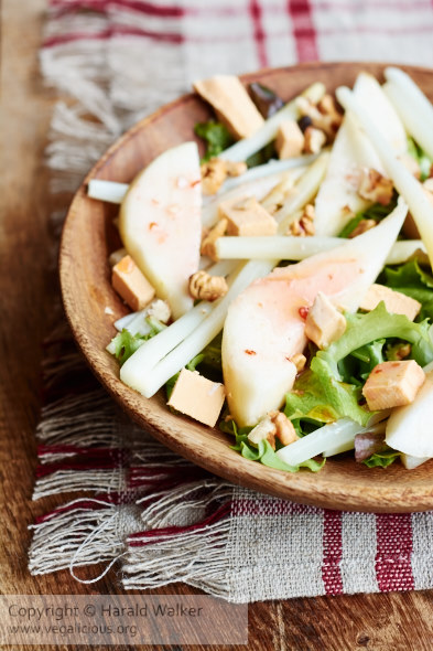 Baby white asparagus with pears, walnuts and dairy-free cheese